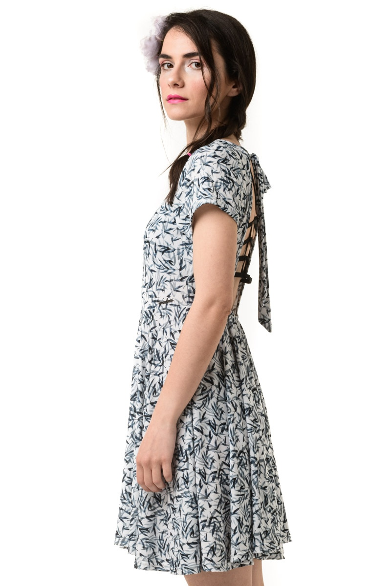 Άσπρο Φόρεμα Με Ανοιχτή Πλάτη Φύλλα